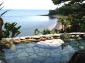 「露天の湯」 すぐ目の前に海(錦江湾)を望み広大な空間を感じさせる露天風呂です。