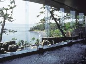 「眺望の湯」 豊かな眺望と御影石造りに金と銀をちりばめた幻想的な浴槽を持つ大浴場です