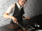 女性スタッフが丁寧に焼き上げます。お肉の焼き加減やおいしいカクテルなど、お任せ下さい。